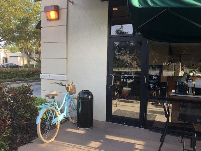 Moje kolo před kavárnou Starbucks, kam jezdím psát, když potřebuju klid. Mé české srdce vždycky tajně zaplesá, když ho najdu tam, kde ho nechám, aniž bych ho musela zamykat. Foto: Jana Ciglerová, DeníkN
