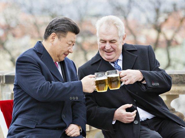 Prezident Miloš Zeman (vpravo) a jeho čínský protějšek Si Ťin-pching (vlevo) si 30.března 2016 na závěr Si Ťin-pchingovy návštěvy ČR připili pivem na terase Strahovského kláštera vPraze. Foto:ČTK