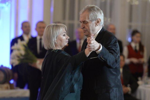 Prezident Miloš Zeman tančí se svojí manželkou Ivanou na charitativním plesu, který uspořádali 1. února 2019 ve Španělském sále Pražského hradu. Foto: ČTK