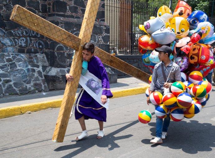 Vyhledávaná velikonoční slavnost v Iztapalapě, jedné ze čtvrtí mexické metropole. Foto: Václav Lang