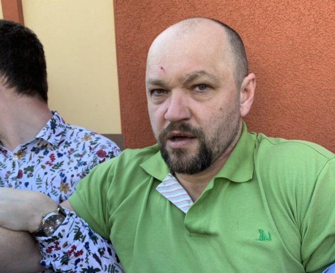 Jeden z útočníků, kteří na ochutnávce vína v Boršicích u Uherského Hradiště napadli poslance za TOP09 Dominika Feriho. Foto: Twitter Dominika Feriho