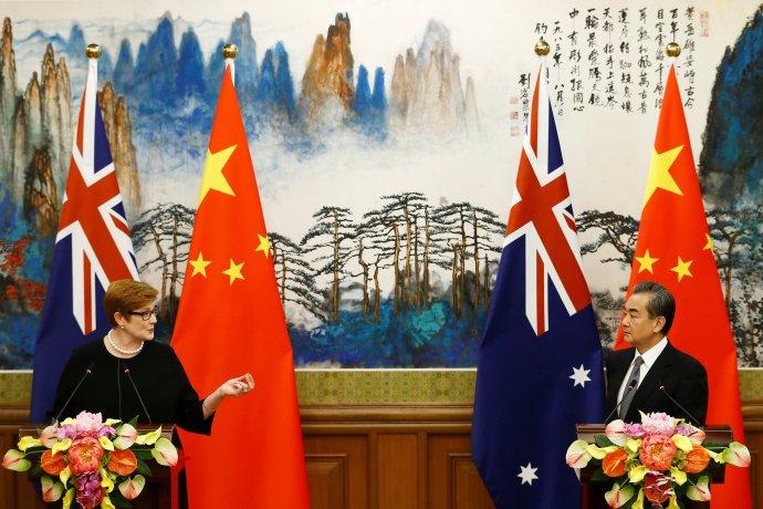 Australská ministryně zahraničí Marise Payneová s čínským protějškem Wang Im na společné tiskové konferenci (archivní snímek z listopadu 2018). Foto: Thomas Peter, Reuters