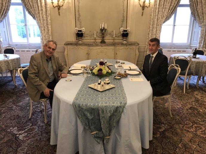 Prezident Miloš Zeman v Lánech či na Hradě často hostí další politiky, kterým by také měl nový kuchař vařit. Foto: Twitter Jiřího Ovčáčka