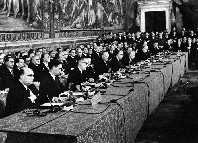 Před dvaašedesáti lety podepsali vhistorickém sále římské radnice zástupci Francie, Německa, Itálie, Belgie, Nizozemska aLucemburska takzvané Římské smlouvy, které se staly základem Evropského hospodářského společenství (EHS) apozději Evropské unie. Foto:ČTK/AP