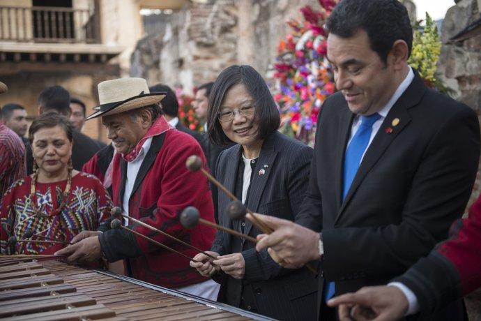 Guatemalský prezident Jimmy Morales (vpravo) s prezidentkou Tchaj-wanu Cchaj Jing-wen. Foto: 總統府, úřad tchajwanské prezidentky, CC BY 2.0