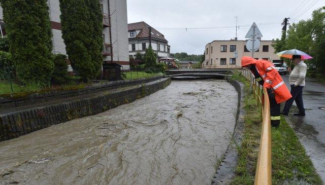Hladiny několika toků ve Zlínském kraji 22. května 2019 kvůli vytrvalému dešti stouply. Ve 13.00 platil první povodňový stupeň na šesti tocích, zejména na Vsetínsku. Na snímku zodpoledních hodin 22. května je řeka Lutoninka ve Vizovicích na Zlínsku.