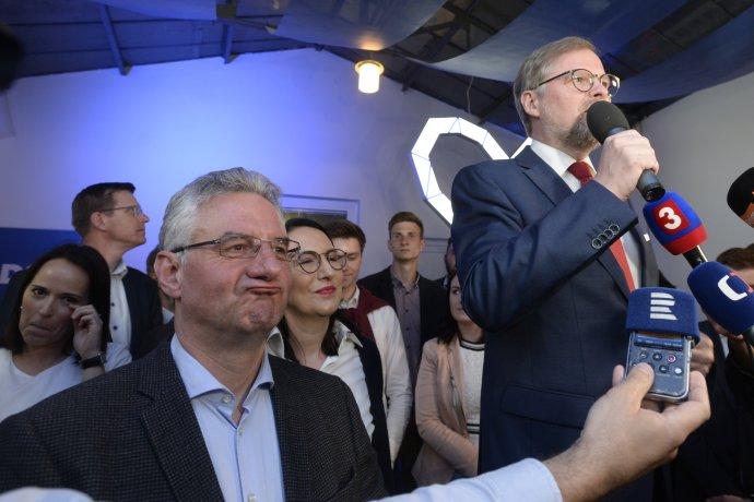 Lídr evropské kandidátky ODS Jan Zahradil (vlevo) ašéf strany Petr Fiala mohli být jako jedni z mála svýsledky voleb zcela spokojeni. Foto: ČTK
