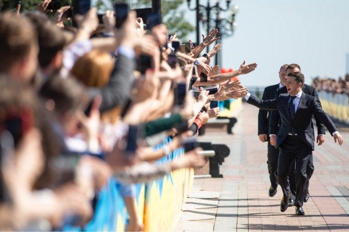 Během inaugurace si nový ukrajinský prezident Volodymyr Zelenskyj s lidmi na ulici plácal na pozdrav. Foto: Úřad ukrajinského prezidenta president.gov.ua