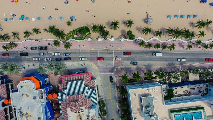 Malá jednosměrná cesta po pobřeží města Fort Lauderdale uvnitř města, dva pruhy plus jeden odbočovací. Je z ní parádní výhled na život slavé pláže Las Olas a ano, velikostí je shodná s D1. Foto: Lance Asper, Unsplash