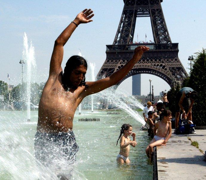 Rozpálená Paříž. Foto: Philippe Wojazer, Reuters