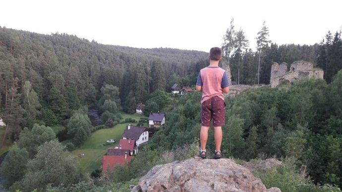 Dětem v Česku je mnohem víc dovoleno zkoušet si věci a riskovat. V Americe mají děti míň svobody kvůli všem možným žalobám, které v případě zranění školám hrozí. Foto: Adéla Dobešová