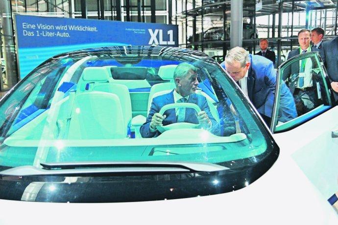 Andrej Babiš ve vozu Volkswagen. Foto: Úřad vlády