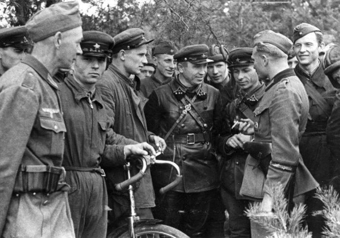 Příslušníci Rudé armády aWehrmachtu vdružném hovoru poté, co sovětská aněmecká vojska obsadila vroce 1939Polsko. Foto:Wikimedia Commons