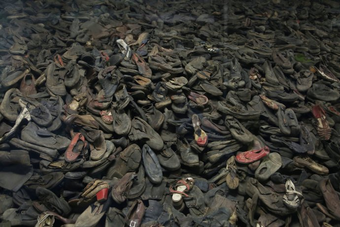Boty popravených židů jsou dodnes k vidění v bývalém koncentračním táboře Osvětim. Foto: Somer, ABACA/ČTK