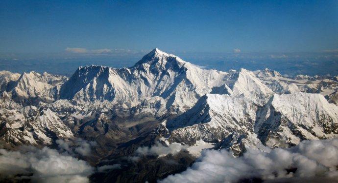 Mount Everest uprostřed, pohled z jihu. Foto: Wikimedia/cc
