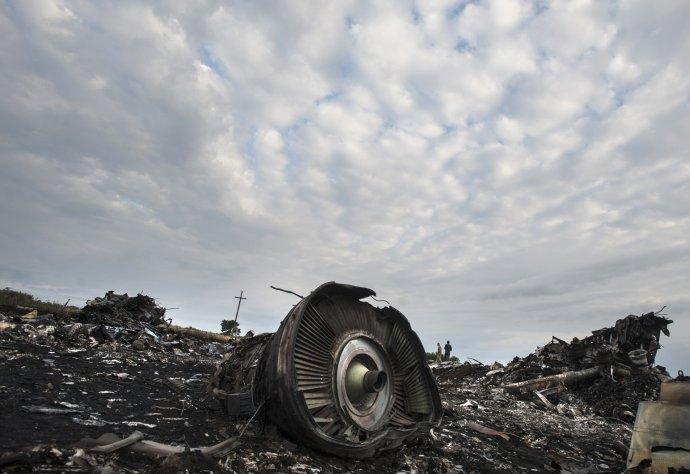 Trosky letadla Boeing777 malajsijských aerolinek s298lidmi na palubě sestřeleného 19.7. 2014během letu MH17 zAmsterodamu do Kuala Lumpuru nad východní Ukrajinou podle obvinění nizozemských vyšetřovatelů ruskými vojáky aruskou technikou. Foto:Jevgenij Maloletka, AP/ČTK
