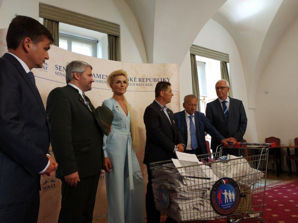 Zástupci petice pro právo na držení zbraně dopravili do Senátu archy s podpisy. Foto: Barbora Janáková, Deník N