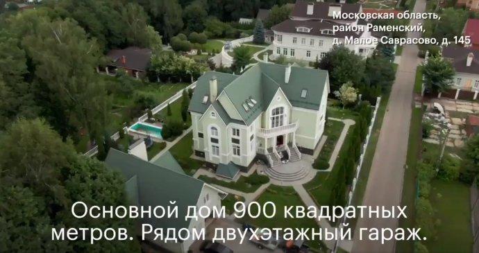 Dača (chata) předsedy moskevské volební komise Valentina Gorbunova, jak ji natočil dron v záběrech zveřejněných ruským opozičním představitelem Alexejem Navalným. Zdroj: Twitter A. Navalného