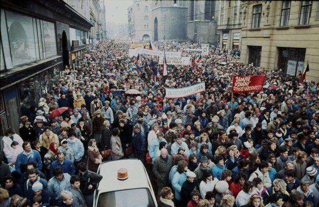 Takto se rodily spontánně, celoplošně asudivující rychlostí základní znaky ducha naší doby. Brno, generální stávka 27. listopadu 1989. Foto: ČTK