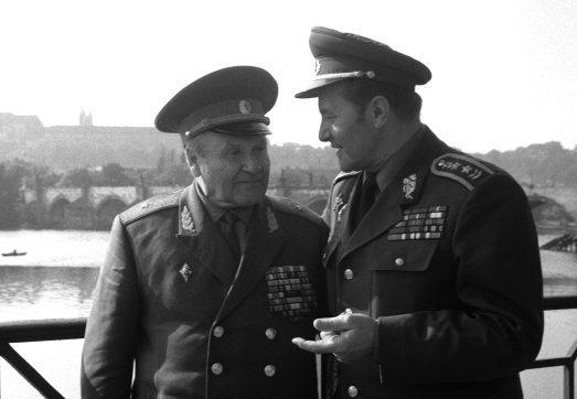 Startovním bodem kariéry generála Františka Šádka (vpravo) bylo působení v blízkosti náčelníka hlavního štábu partyzánského hnutí na Slovensku Alexeje Nikitiče Asmolova za druhé světové války. Snímek pochází ze setkání generálů v Praze. Foto: ČTK