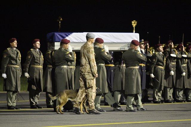 Vojáci nesou rakev s ostatky zastřeleného psovoda Tomáše Procházky. Foto: ČTK
