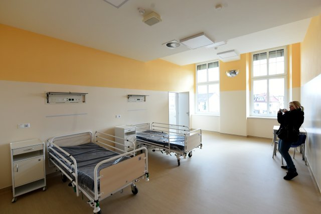 Zrekonstruovaný pokoj na oddělení pro neklidné pacienty psychiatrie českobudějovické nemocnice. Řada oddělení českých psychiatrických nemocnic však na rekonstrukci stále čeká. Foto: ČTK/Václav Pancer