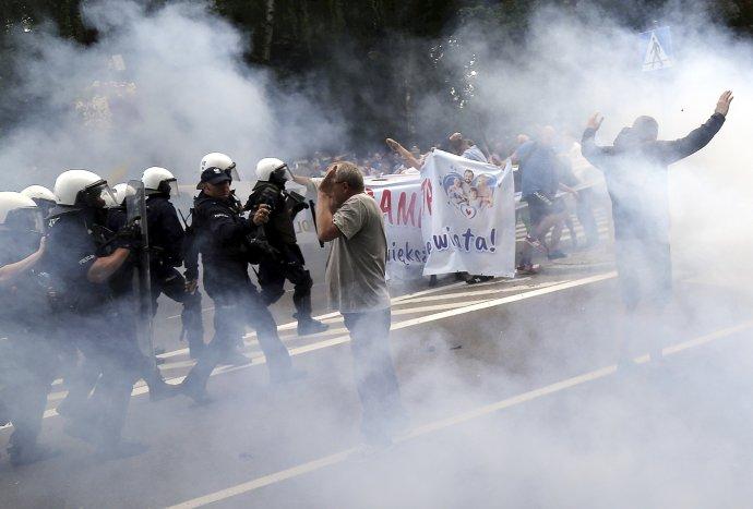 Proti fotbalovým chuligánům, kteří se v polském Bělostoku o uplynulém víkendu pokusili narušit LGBT průvod, zasáhla policie slzným plynem. Foto: ČTK/AP/STR