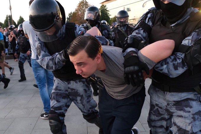 Ruská opozice protestuje v posledních týdnech proti manipulaci s volbami v Moskvě. Čelí ostrým zákrokům policie. Opoziční předák Ilja Jašin pod tuto fotografii napsal: Mocní se definitivně zbláznili. Zdroj: Twitter Ilji Jašina