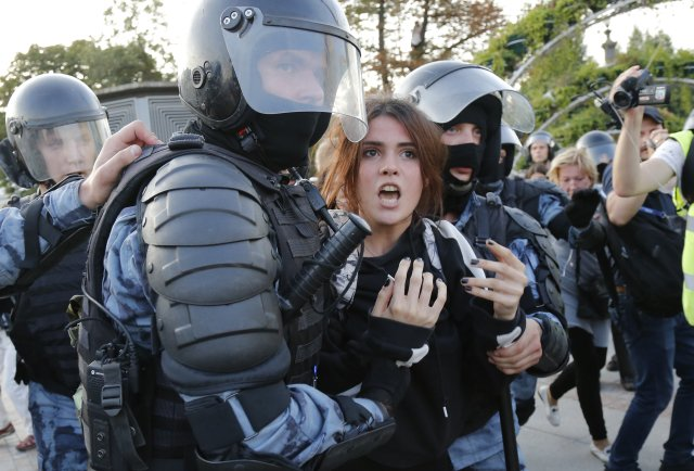 Ruské ženy začaly po vzoru Bělorusek aktivněji veřejně vstupovat iprotestovat. Část mužů je za to nazývá prostitutkami. Foto:ČTK/AP