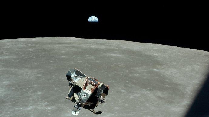 Lunární modul Eagle nad povrchem Měsíce. Nikdo než Michael Collins ho takhle nikdy neviděl. Foto: NASA