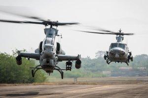 Vrtulníky AH-1Z Viper (v popředí) a UH-1Y Venom (vpravo) mají obdobný konstrukční základ, podobná je i řada dílů. Zastánci nákupu těchto strojů proto argumentovali, že to usnadní pořizování náhradních dílů a opravy. Na snímku jsou oba vrtulníky během cvičení v Thajsku. Foto: Námořní pěchota USA