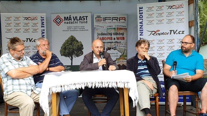 Část účastníků akce v Příčovech. Zleva: Michal Semín, Benjamin Kuras, Martin Konvička, Alexandr Tomský a moderátor. Zdroj: YouTube