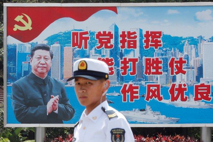 Příslušník čínské armády vHongkongu, na pozadí Si Ťin-pching. Foto:Tyrone Siu, Reuters