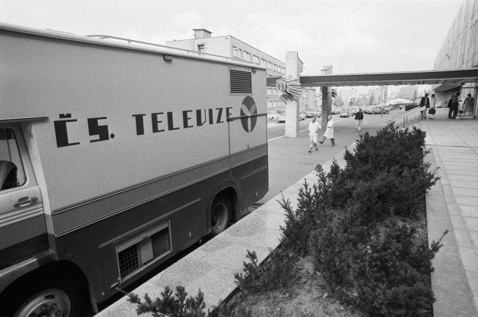 Budova Československé televize s přenosovým vozem. Foto: ČTK