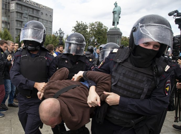 Na demonstracích na podporu Navalného jsou zadrženi jen ti nejaktivnější. Pro ostatní si policie přijde později domů. Foto:ČTK/AP