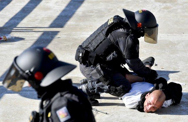 Jeden z osmadvaceti příznivců Baníku Ostrava, kterého policie zadržela po nedělním zápase na Spartě. Foto: Vít Šimánek, ČTK