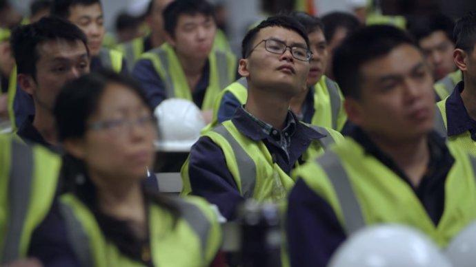 """""""Nejdůležitější věc není, kolik peněz vyděláme, ale jak tohle změní pohled Američanů na Číňany a Čínu,"""" poslouchají zaměstnanci z Číny na setkání se svým vedením. Foto: Netflix"""