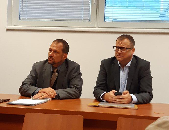 Vlevo advokát Pavel Uhl, vpravo brněnský exradní Svatopluk Bartík. Foto:Jana Ustohalová, DeníkN
