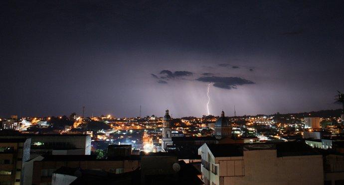 Bouře nad městem v Arménii. Foto: Traphitho, Pixabay