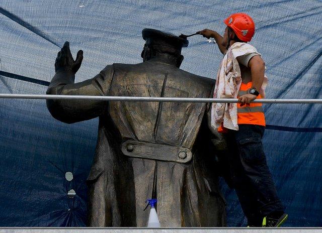 Čištění sochy maršála Koněva, nátěr proti vandalům, nebo lakování minulosti? Foto: ČTK