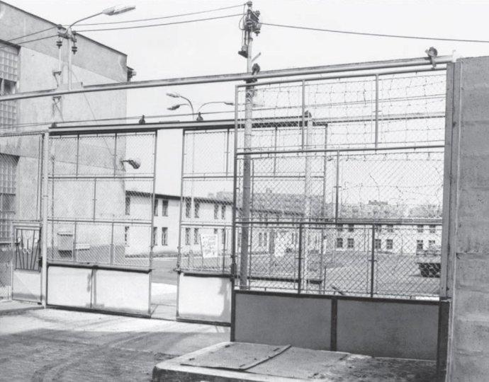 Vstupní brána k ubytovnám vězňů v Minkovicích, 80. léta. Foto: Kabinet dokumentace a historie Vězeňské služby ČR