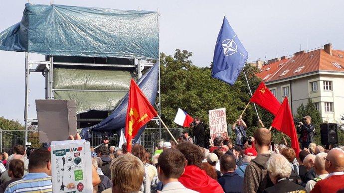 Demonstrace u sochy maršála Koněva. Foto: Jan Wirnitzer, Deník N