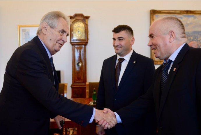 Prezident Miloš Zeman s Mychajlem Ťaskem (uprostřed) a Vasylem Džuhanem (vpravo). Foto: Jiří Ovčáček / Twitter