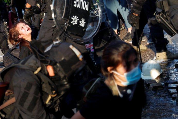 Chaos, násilí, zatýkání a strach v ulicích Hongkongu mezi zprávami o postřelených demonstrantech, v den 70. výročí komunistické Číny. Foto: Tyrone Siu, Reuters