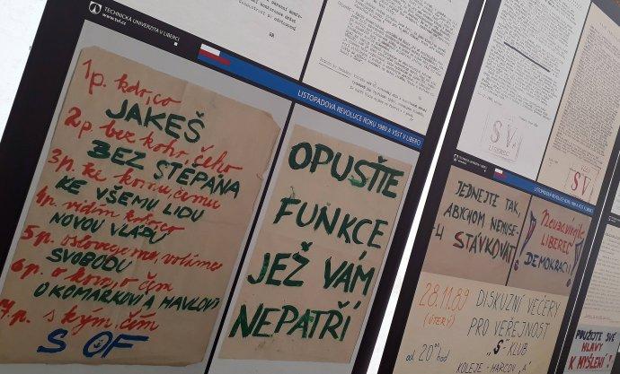 Plakáty z revolučního Liberce z listopadu 1989 na výstavě uspořádané Technickou univerzitou v Liberci. Foto: Jan Wirnitzer, Deník N