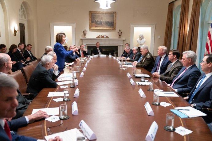 """Tento snímek zveřejnil Donald Trump pod názvem """"Nervózní Nancy"""". Ta si z něj obratem udělala profilovou fotku. """"Všechny cesty vedou do Ruska,"""" říkala jsem mu ve chvíli, kdy mě vyfotili, řekla Pelosiová poté. Foto: Shealah Craighead, Bílý dům"""