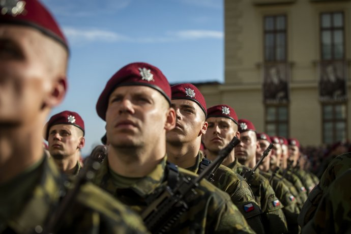 Vojáci ve stejnokrojích vz. 95při slavnostní přísaze. Foto:Gabriel Kuchta, DeníkN