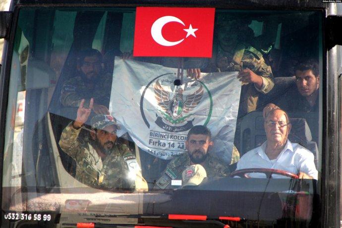 Autobus s protureckými syrskými jednotkami FSA v tureckém konvoji mezi Azezem a Akçakale. Foto: Orhan Erkılıç, Voice of America