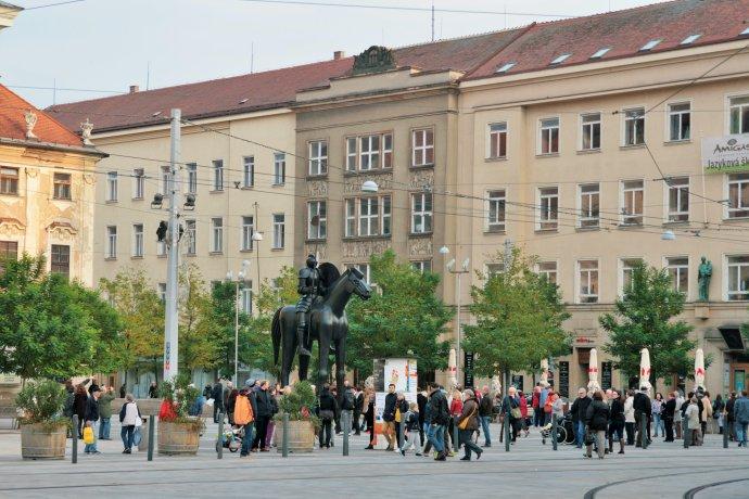 Moravské náměstí v Brně se sochou markraběte Jošta. Foto: Martin Strachoň, Wikimedia Commons