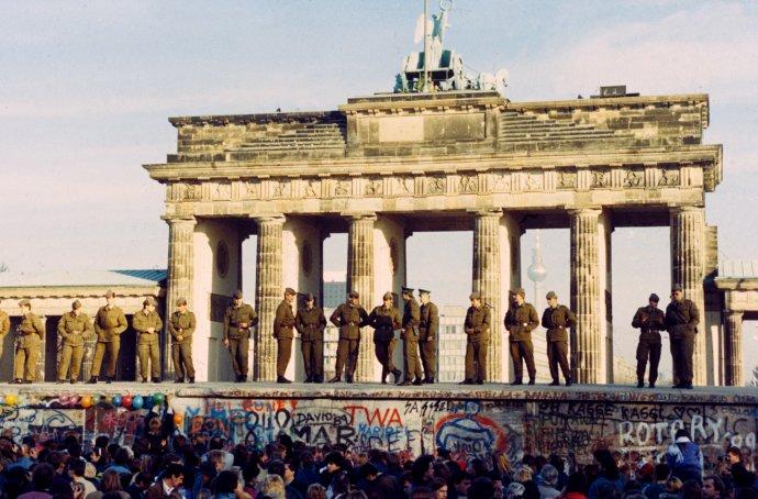 """Poláci, kteří v červnu 1989 volili antikomunisty, východní Němci, kteří přelézali zeď v listopadu 1989, a Češi, kteří protestovali na Václavském náměstí krátce poté, ti všichni chtěli, jak tehdy říkali všem, kdo se jich ptali, být """"normální"""". Foto: ČTK"""
